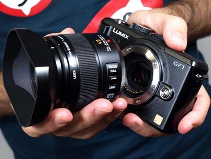 La Panasonic Lumix GF1 junto al excelente Leica 45 mm Macro © QUESABESDE.COM